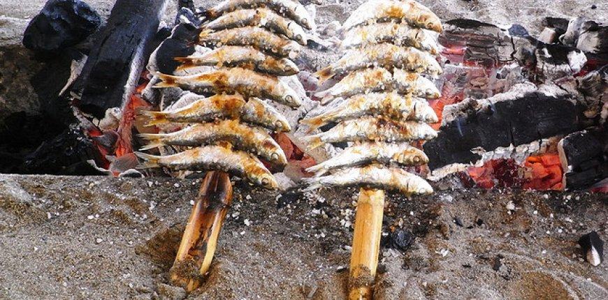 Para los que no sois de Málaga, esta foto muestra los famosos espetos de sardinas ;)